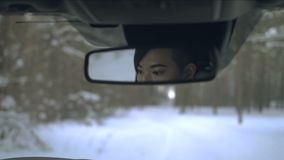 Το κορεατικό κορίτσι κοιτάζει στον οπισθοσκόπο καθρέφτη απόθεμα βίντεο