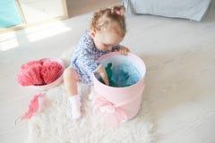 Το κοριτσάκι ανοίγει το δώρο ρόδινο κιβώτιο με το τόξο στοκ φωτογραφίες με δικαίωμα ελεύθερης χρήσης