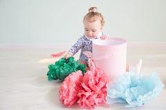Το κοριτσάκι ανοίγει το δώρο ρόδινο κιβώτιο με το τόξο στοκ φωτογραφία με δικαίωμα ελεύθερης χρήσης