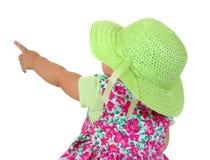 Το κοριτσάκι κάθισε οπισθοσκόπο, δείχνοντας επάνω στοκ εικόνες