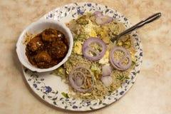 Το κοτόπουλο αυγών τηγάνισε το ρύζι και το κοτόπουλο τσίλι είναι ένα δημοφιλές ινδοκινέζικο πιάτο Nonveg στην Ινδία στοκ φωτογραφίες