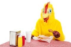 το κοτόπουλο τρώει περι&s στοκ φωτογραφία με δικαίωμα ελεύθερης χρήσης