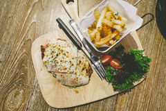 Το κοτόπουλο Πάρμα εξυπηρετεί με τις τηγανιτές πατάτες Στοκ φωτογραφία με δικαίωμα ελεύθερης χρήσης