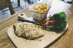 Το κοτόπουλο Πάρμα εξυπηρετεί με τις τηγανιτές πατάτες Στοκ Εικόνες