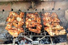 Το κοτόπουλο σχαρών πέρα από ανοίγει πυρ Στοκ εικόνα με δικαίωμα ελεύθερης χρήσης