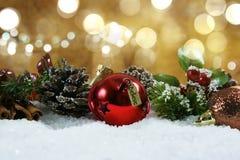 Το κουδούνι Χριστουγέννων με το ρητό ετικεττών θεωρεί ότι στο χιόνι Στοκ Φωτογραφία