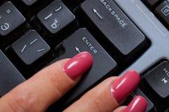 το κουμπί εισάγει τη γυν&al Στοκ εικόνες με δικαίωμα ελεύθερης χρήσης