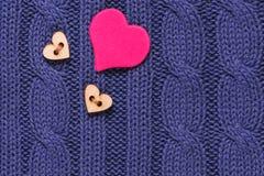 Το κουμπί της καρδιάς σε ένα μπλε πουλόβερ μαλλιού βαλεντίνος ημέρας s στοκ φωτογραφία με δικαίωμα ελεύθερης χρήσης
