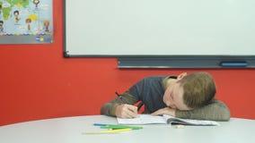 Το κουρασμένο αγόρι doesn ` τ θέλει να κάνει την εργασία απόθεμα βίντεο
