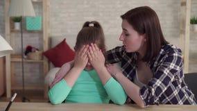 Το κουρασμένο και λυπημένο κορίτσι εφήβων με μια ατέλεια του προσώπου χρησιμοποιεί μια έξυπνη τηλεφωνική φοβέρα στο διαδίκτυο φιλμ μικρού μήκους