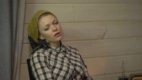 Το κουρασμένο κορίτσι ραφτών έχει ένα υπόλοιπο, πίνει το τσάι, χαλαρώνει, ακούει μουσική στο βινυλίου πιάτο, gramophone ή το φωνο απόθεμα βίντεο