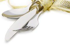 Το κουτάλι, το δίκρανο και ένα μαχαίρι ενέπλεξαν την εορταστική κορδέλλα Στοκ Φωτογραφία