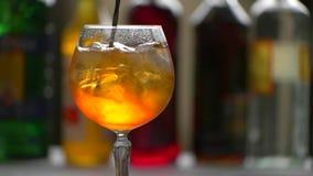 Το κουτάλι αναμιγνύει αργά το ποτό φιλμ μικρού μήκους