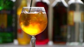 Το κουτάλι αναμιγνύει το πορτοκαλί ποτό απόθεμα βίντεο