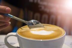 Το κουτάλι καφέ είναι σε μια κούπα καφέ Στοκ εικόνα με δικαίωμα ελεύθερης χρήσης