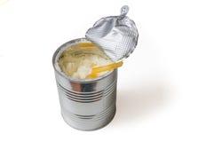 Το κουτάλι μπορεί μέσα σύνολο του κονιοποιημένου τύπου γάλακτος μωρών που απομονώνεται στο άσπρο υπόβαθρο Στοκ Φωτογραφία