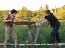 το κούτσουρο είδε τον έφηβο Στοκ εικόνες με δικαίωμα ελεύθερης χρήσης