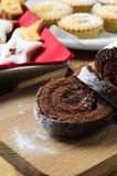 Το κούτσουρο Yule Χριστουγέννων σοκολάτας, μπισκότα και κομματιάζει τις πίτες στον πίνακα Στοκ Εικόνες