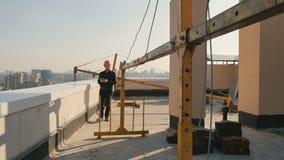 Το κράνος οικοδόμων ελέγχει τη διαδικασία οικοδόμησης στη στέγη απόθεμα βίντεο