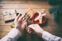 Το κράτημα χεριών το κλειδί Χριστουγέννων Στοκ φωτογραφίες με δικαίωμα ελεύθερης χρήσης