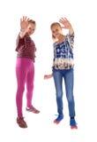 Το κράτημα δύο κοριτσιών δίνει εκεί επάνω Στοκ εικόνες με δικαίωμα ελεύθερης χρήσης