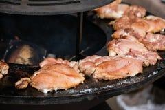 Το κρέας είναι τηγανισμένο σε έναν στρογγυλό ορειχαλκουργό χυτοσιδήρων στοκ φωτογραφία με δικαίωμα ελεύθερης χρήσης