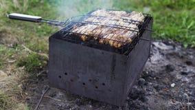 Το κρέας είναι τηγανισμένο στους άνθρακες σε έναν ορειχαλκουργό φιλμ μικρού μήκους