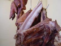 Το κρέας κρεμιέται για την ξήρανση στοκ εικόνες