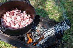 Το κρέας μαγειρεύει στο δοχείο στην πυρκαγιά για το pilau ρυζιού στοκ φωτογραφία με δικαίωμα ελεύθερης χρήσης