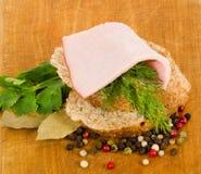 το κρέας που καπνίζεται νόστιμο χωρίζει κατά διαστήματα Στοκ εικόνες με δικαίωμα ελεύθερης χρήσης