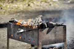 Το κρέας προετοιμάζεται στην πυρκαγιά στοκ φωτογραφία με δικαίωμα ελεύθερης χρήσης