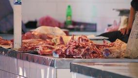 Το κρέας σε μια αγορά οδών, κλείνει επάνω την άποψη, unsanitary όροι φιλμ μικρού μήκους