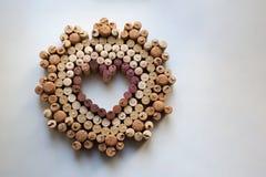Το κρασί βουλώνει το διακριτικό καρδιών στο άσπρο υπόβαθρο στοκ φωτογραφία με δικαίωμα ελεύθερης χρήσης