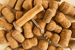 Το κρασί βουλώνει και ανοιχτήρι στο ξύλινο υπόβαθρο Στοκ Φωτογραφία