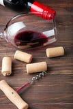 Το κρασί βουλώνει, ανοιχτήρι και γυαλί με ένα κόκκινο κρασί Στοκ φωτογραφία με δικαίωμα ελεύθερης χρήσης