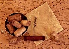 Το κρασί βουλώνει και ανοιχτήρι στο ξύλινο υπόβαθρο Στοκ Εικόνα