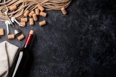 Το κρασί, βουλώνει και ανοιχτήρι Στοκ φωτογραφία με δικαίωμα ελεύθερης χρήσης