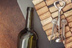 Το κρασί βουλώνει σε ένα γκρίζο πιάτο πετρών Στοκ φωτογραφία με δικαίωμα ελεύθερης χρήσης