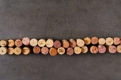 Το κρασί βουλώνει τακτοποιημένος στη γραμμή Στοκ εικόνα με δικαίωμα ελεύθερης χρήσης