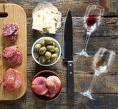 Το κρασί είναι λίγο ενός πρόχειρου φαγητού Ιταλικά πρόχειρα φαγητά ή γαλλικά πρόχειρα φαγητά Στοκ Εικόνες