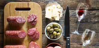 Το κρασί είναι λίγο ενός πρόχειρου φαγητού Ιταλικά πρόχειρα φαγητά ή γαλλικά πρόχειρα φαγητά Στοκ φωτογραφίες με δικαίωμα ελεύθερης χρήσης