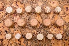 Το κρασί και η σαμπάνια βουλώνουν στο φυσικό μη επεξεργασμένο φλοιό φελλού Στοκ Εικόνες