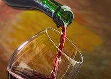Το κρασί χύνει στο γυαλί του μπουκαλιού Στοκ φωτογραφίες με δικαίωμα ελεύθερης χρήσης