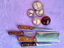 Το κρεμμύδι είναι ολόκληρο και τεμαχισμένο Τεμαχισμένα κρεμμύδια σε έναν τέμνοντα πίνακα Στοκ Εικόνες