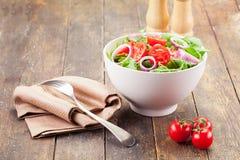 το κρεμμύδι arugula χτυπά τις ντομάτες σαλάτας Στοκ Φωτογραφίες