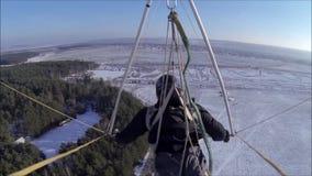 Το κρεμώ-ανεμοπλάνο πετά στον ηλιόλουστο ουρανό πέρα από το χιονισμένο λιβάδι φιλμ μικρού μήκους