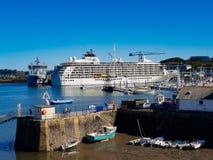 Το κρουαζιερόπλοιο που ελλιμενίζεται παγκόσμιο στο λιμάνι Falmouth στοκ εικόνες