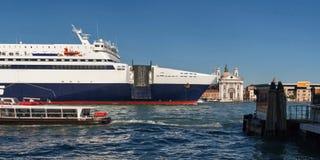 Το κρουαζιερόπλοιο διασχίζει το κανάλι Giudecca Στοκ Φωτογραφίες