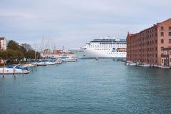 Το κρουαζιερόπλοιο διασχίζει το κανάλι Giudecca Στοκ Εικόνες
