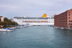 Το κρουαζιερόπλοιο διασχίζει το κανάλι Giudecca Στοκ εικόνα με δικαίωμα ελεύθερης χρήσης